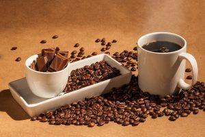 Tasse de café avec un carré de chocolat
